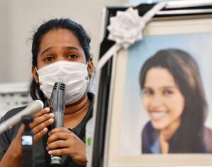 記者会見する、亡くなったウィシュマ・サンダマリさんの妹ワヨミさん=21日午後、国会
