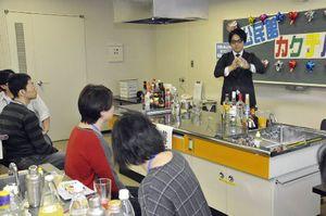 参加者の前でシェーカーを振る佐藤さん(右)