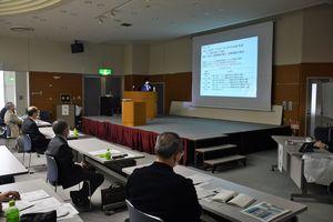 県内漁業者に研究成果を報告する研究員=28日、青森市