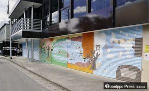 建物のシャッターの絵は地元の十和田湖小・中学校の子どもたちが描いた
