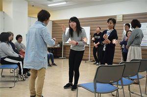 だれでも参加できる弘前市の「しゅわさろん」。手話を通して交流を深める=4月27日、ヒロロ