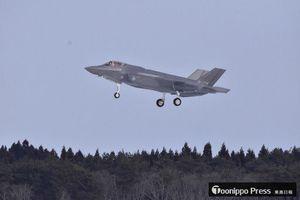空自三沢基地への着陸態勢に入るF35A戦闘機=26日午前11時ごろ