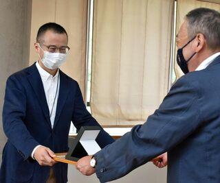 青森県考古学会、村越賞を根岸氏に贈呈