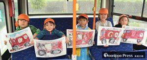 展示される絵を掲げる光華保育園の園児たち