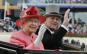 馬車で英アスコットの競馬場に着いたエリザベス英女王(左)とフィリップ殿下=2011年6月(AP=共同)