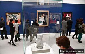 シャガールの彫刻や絵画に見入る関係者=9日、県立美術館