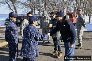 海自大湊水中処分隊の上田隊長(前列左から2人目)にあいさつする米海軍の先遣隊員
