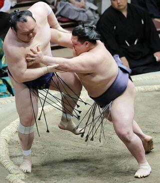 阿武咲、連敗ストップ 中泊勢対決で宝富士破る/大相撲