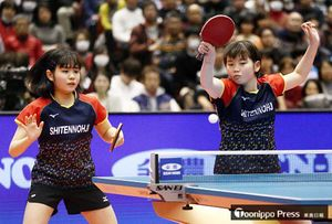 女子ダブルス決勝で敗れた梅村(左)、塩見組