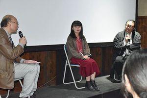 トークショーで太宰への思いなどを語った(右から)梨本さん、穴井さん、川嶋さん