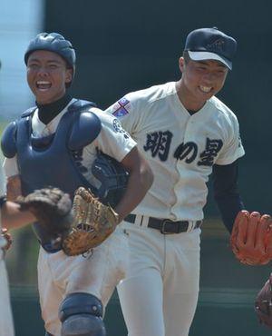 【八戸西-明の星】公式戦初完投勝利を挙げ、笑顔を見せる明の星の主戦・内山(右)と捕手・渡邉=はるか夢