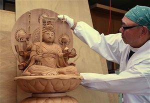 鈴木彫刻工房で制作が進められている蕪嶋神社の八臂弁財天像=12日、八戸市市川町