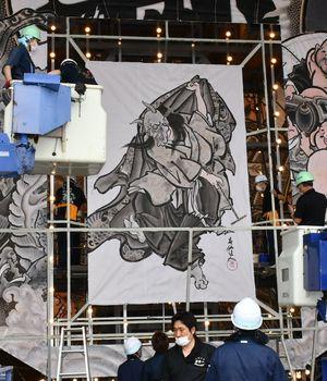 新型コロナ収束を願い、見送り絵には般若の面を着けて舞う女性の姿が描かれた=4日午前11時20分ごろ、平川市のねぷた展示館