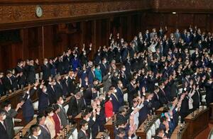 衆院が解散され、万歳三唱する議員=14日午後1時3分、衆院本会議場