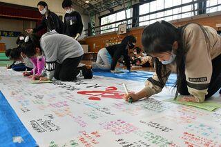 近隣の児童生徒が八戸西ナインを応援