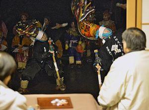 ゆかりの旧家で舞を披露する仲町えんぶり組=20日午後6時43分、八戸市新井田