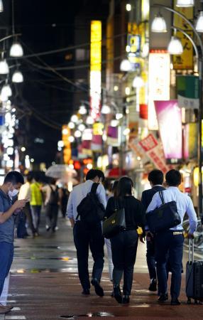 都内全域で時短営業要請が終了し、夜10時以降に飲食店街を行き交う人たち=16日夜、東京・新橋
