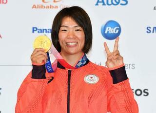 川井梨紗子「メダル重たいなあ」