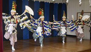 鮫神楽発表会で「三番叟」を踊る子どもたち