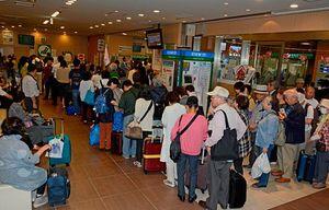 切符を買い求める利用客で混雑するJR新青森駅の窓口付近=7日午前11時半ごろ