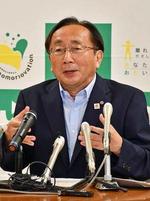 核燃料サイクル協議会の延期を明らかにする三村知事=3日午前、県庁