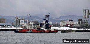 3月までに完了する新中央埠頭の防波堤一部撤去工事=9日