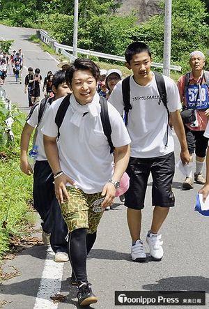 思い思いのペースで村内を巡る参加者たち