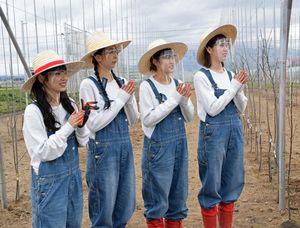 植樹を終えた後、グループのオリジナルソング「りんごの木」を歌い木の成長を願ったりんご娘の(左から)ジョナゴールドさん、ときさん、王林さん、彩香さん