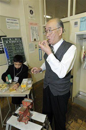 事務局長としてたすけっこの会の運営に尽力する奈良さん(右)。甲田中の研修会では笛の加工を指導した