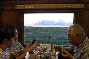 車窓から眺める津軽平野の夕焼け=22日午後5時43分