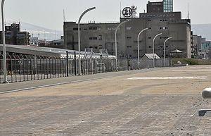 有料観覧席が設置される新中央埠頭(手前)。左奥は完成間近の国際クルーズターミナル