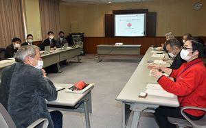 クランピオニー津軽(左奥)の職員らと意見交換する北五地方の観光関係者ら