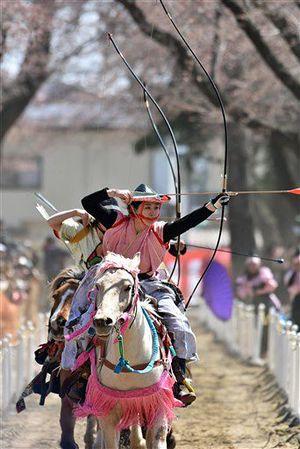 十和田市の春の恒例イベント「桜流鏑馬」。世界に誇る地域の魅力に目を向けた人材育成がスタートする=4月20日、十和田市の中央公園緑地
