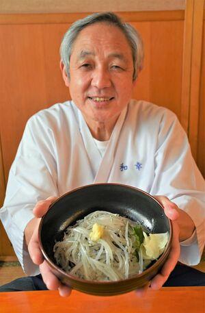 2月1日からの「しらうお丼まつり」で提供する丼を手にする和田さん