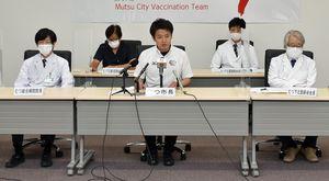 大規模接種センター設置計画について会見を開いた宮下市長(前列中央)と医療関係者=15日、むつ市役所