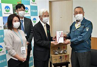 県協会、十和田市立中央病院に黒ニンニク30キロ贈る