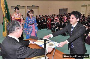 花田学長(左)から学位記を受け取る看護学部の卒業生=青森中央学院大学