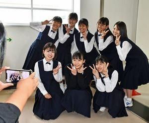 駒井さん(前列中央)を囲み、記念撮影するリンゴミュージックの面々。前列右から反時計回りにジョナゴールドさん、吉田さん、須藤さん、安田さん、相馬さん、水愛さん、太陽さん