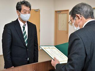 大間町長選初当選の野崎氏に当選証書