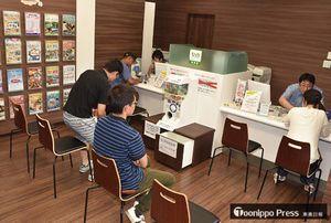 三沢駅2階に移転、改装して開店した「青い森たびショップ三沢」の店舗