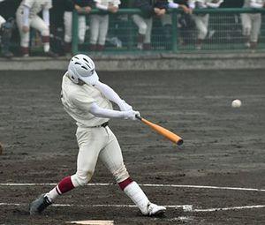 【東奥義塾-学法福島】八回表東奥義塾1死一塁、原田が左中間越え2点本塁打を放ち3-2と逆転=花巻球場