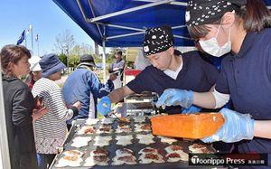西海小運動会会場でオリジナルお焼きを作る鯵ケ沢高校の生徒