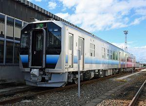 12月12日から五能線で運行を始めるGV-E400系=9月、弘前市