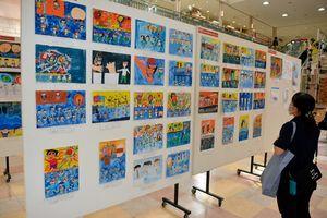 ねぶた、花火への思いがこもった作品が並ぶサンロード青森の展示会場
