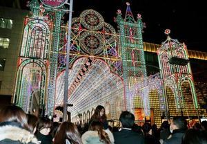 「神戸ルミナリエ」が開幕し、色鮮やかに浮かび上がるイルミネーション=7日夜、神戸市中央区