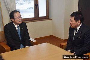 越善村長(右)と会談する坂本副社長=5日午前、東通村役場