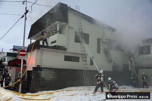 消火に当たる消防隊員ら=2日午後4時15分ごろ、青森市中央