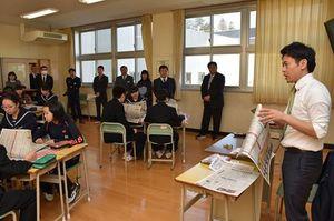 出前授業で、新聞を読むことの大切さを強調する宮下市長(右)