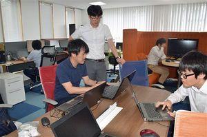弘前大学健康未来イノベーションセンターにある「オープンラボ」。各企業の研究員が集まり、データ解析などをしている=6日午前