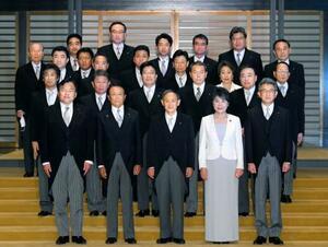 認証式を終え、記念写真に納まる菅義偉首相(前列中央)と閣僚ら=16日午後8時14分、宮殿・北車寄(代表撮影)
